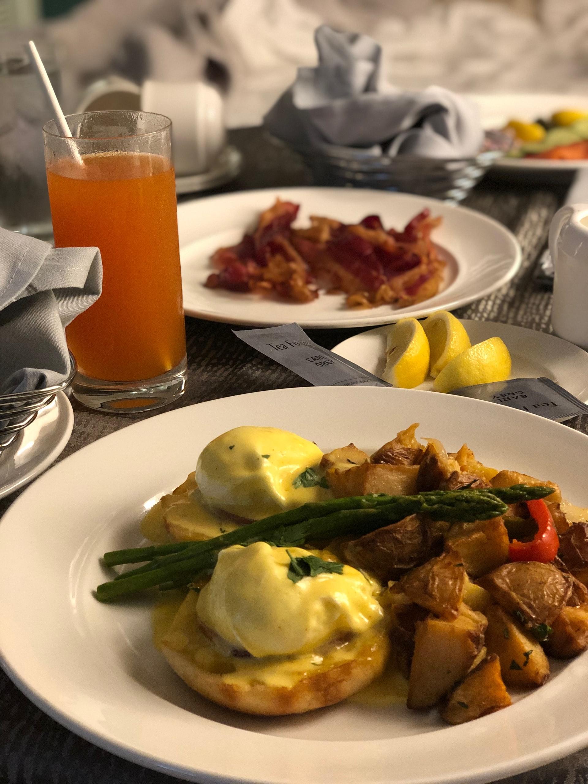 朝食、エッグベネディクト